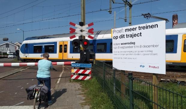 De spoorwegovergang is de komende maanden op woensdagen langer en vaker gesloten.
