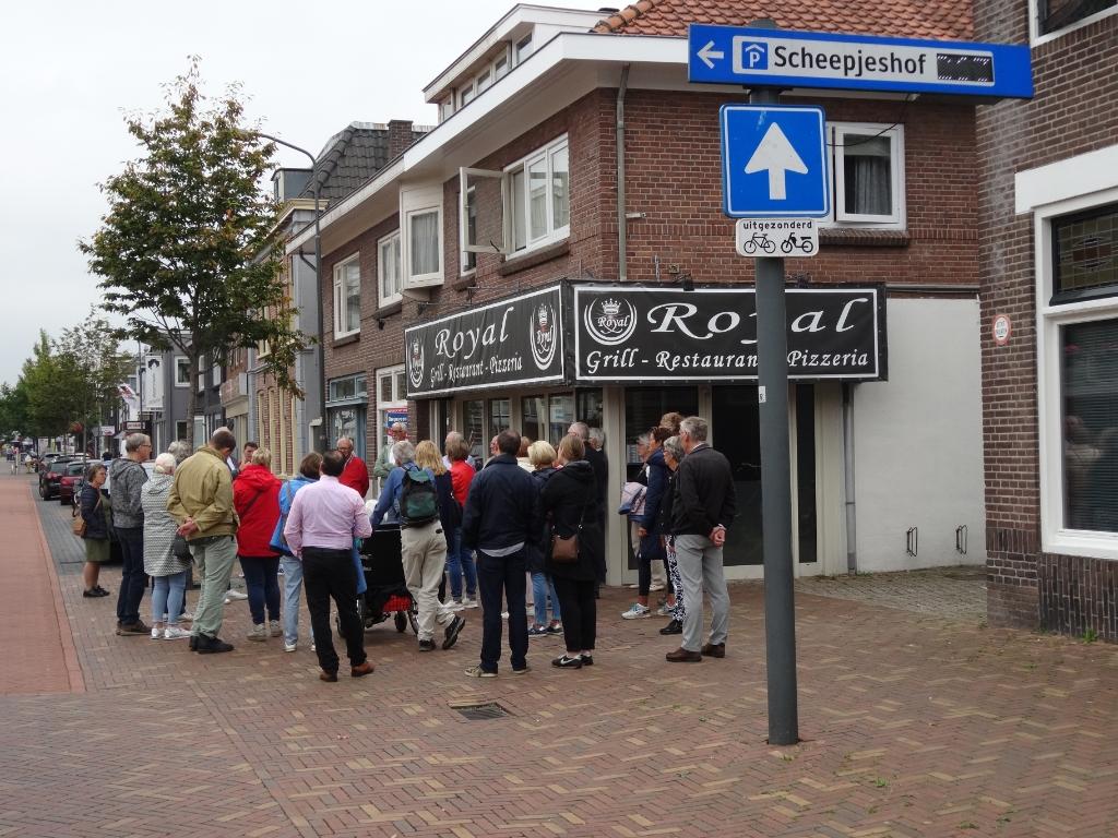Stadsgids Jaap Pilon begon een rondleiding bij de Eben Haëzerkerk, omringd door publiek. Pieter Vane © BDU Media
