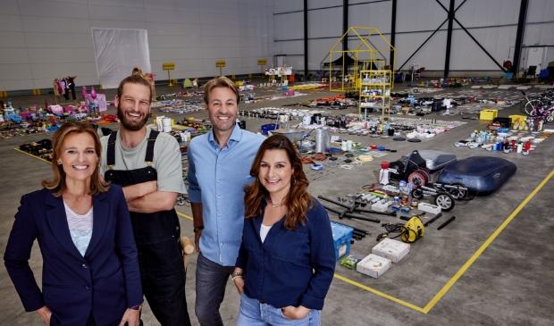 <p>Viktor Brand met zijn team. Links Quirine Molhuysen en Florian Nelemans en rechts Eefje Sedee.&nbsp;</p>