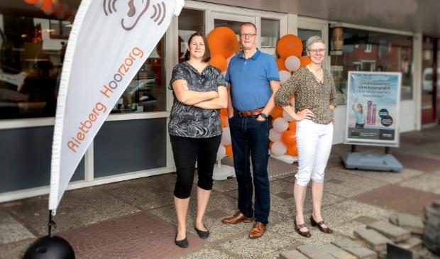 <p>Van links naar rechts Gerda en Steven Rietberg en Marjan Akse van Rietberg Hoorzorg.&nbsp;</p>