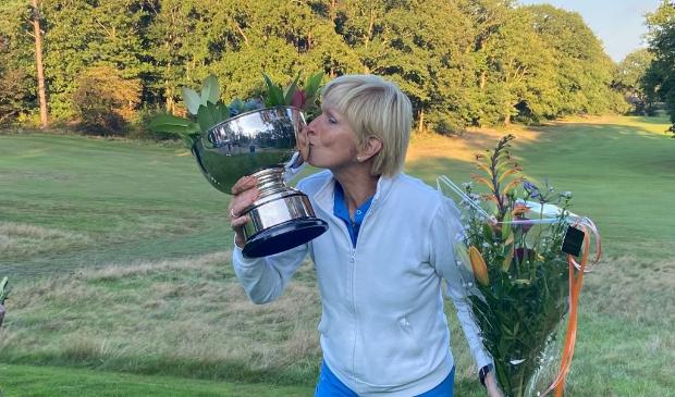 <p>Jeanne Hazelhekke trots op het nationaal kampioenschap golf en de mooie beker</p>