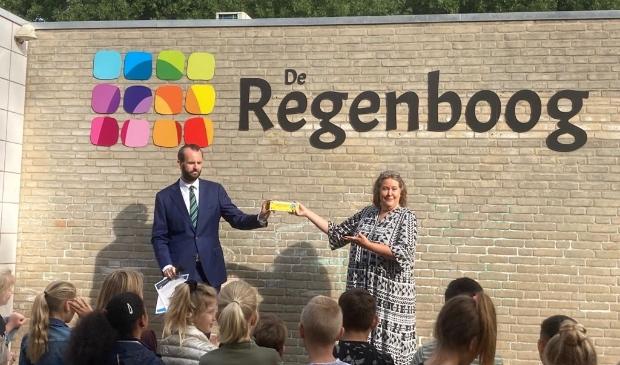 Wethouder van der Geest reikt het vierde SCHOOL op SEEF verkeerscertificaat uit aan Hetty Janson, directeur van CBS De Regenboog.
