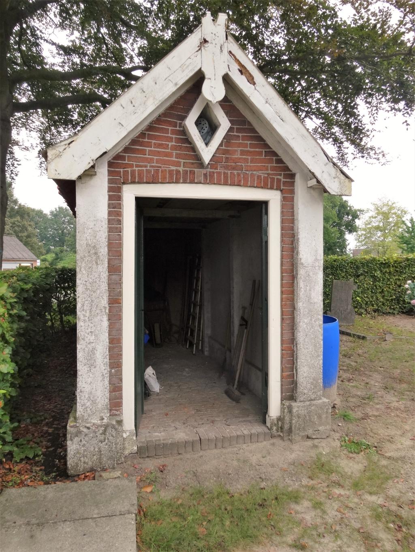De katholieke begraafplaats (1884) aan de Nieuweweg Noord. Hier is een lijkenbaarhuisje te zien. Pieter Vane © BDU Media