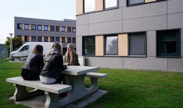 <p>Joy met twee vriendinnen bij The Next Building.</p>