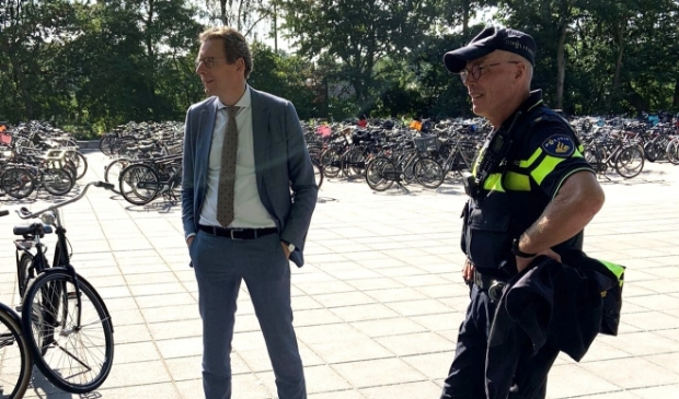 <p>Burgemeester Tjapko Poppens is met wijkagent Jan Pieter Koopmans op het Amstelveen College om te spreken over de risico&rsquo;s van het bezit van messen. </p>
