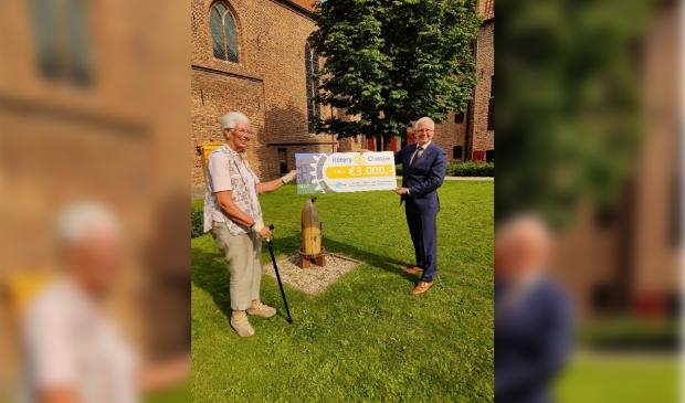 Harry Tijssen overhandigt de cheque aan de voorzitten van het bestuur van Museum Elburg