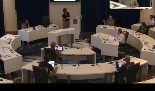 Wim Broekhuizen vertelt over Bemoeizorg Barneveld aan de raads(commissie)leden.