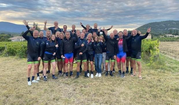 <p>Deze groep beklom de Mont Ventoux en haalde zo 35000 euro op voor het goede doel.</p>