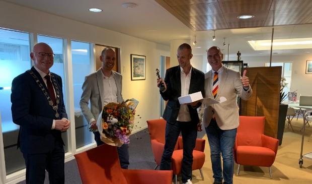 <p>Paralympische medaillewinnaars Vincent ter Schure en Timo Fransen ontvingen op het stadhuis het beeld &lsquo;Chapeau&rsquo;. </p>