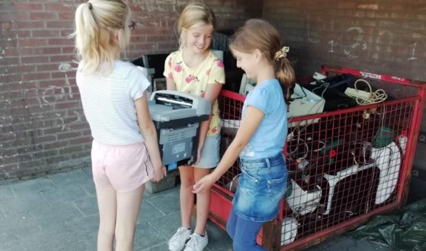 Kinderen leveren opgehaalde apparaten in op de Mattanjaschool.