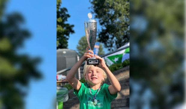 Trotse Olle Speelman met de felbegeerde wisseltrofee familietoernooi 2021