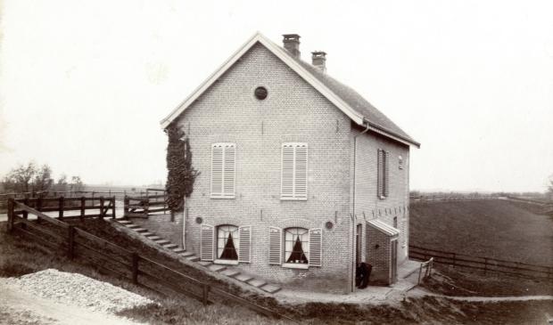 Een waakhuis en magazijn van het dijkleger van de Lekdijk, bij Amerongen.