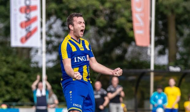 <p>Alfred van Doorn blij na het maken van zijn doelpunten.</p>