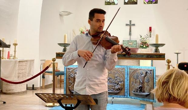 Anthony Scheffer speelt een deel uit de moeilijke vioolbegeleiding in 'Dixit Dominus'