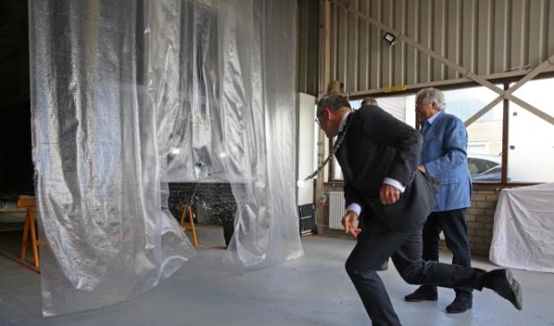 <p>Burgemeester Wienen gooide tijdens een ceremonie een fles bier kapot tegen de bumper van de tram in aanbouw.</p>