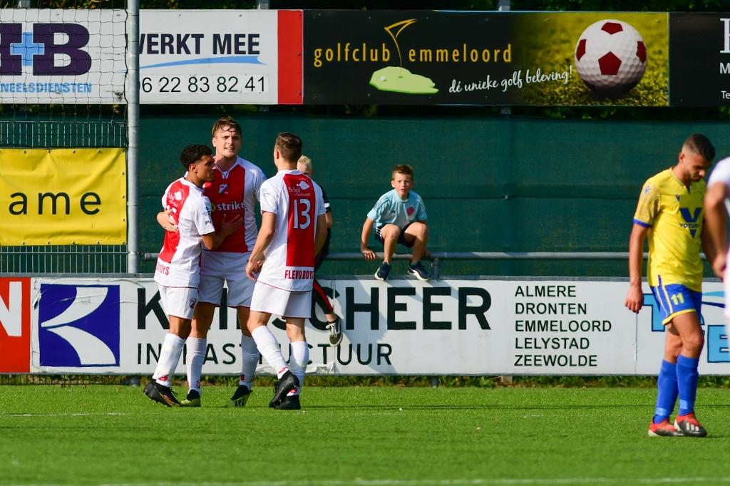 Yume Ramos (9), aanvaller van Flevo Boys, viert zijn doelpunt (3-0) met zijn team in de 89ste minuut van de vierde competitiewedstrijd tussen Flevo Boys Emmeloord en NSC Nijkerk op Sportpark Ervenbos. EJHPhotography.com © BDU Media