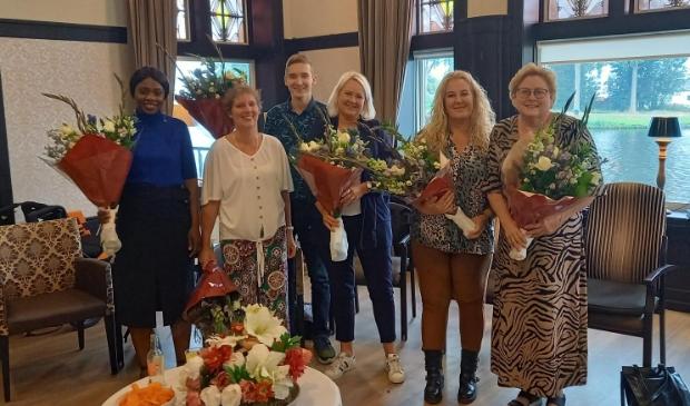 <p>Ayrton Lindenberg (derde van links) met een aantal mede-geslaagden. V.l.n.r.: Fatou Dieme, Patricia Does, Jolanda Koelemeij, Kim Tieman en Wilma Rutte.</p>