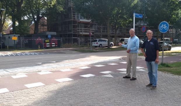 <p>Reint Middel en Wim van Aalst bij het bewuste kruispunt</p>