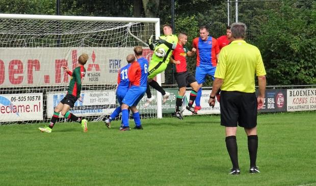 <p>WAVV-aanvaller Davey Jansen gaat de strijd aan met de doelman van Oranje Blauw.</p>
