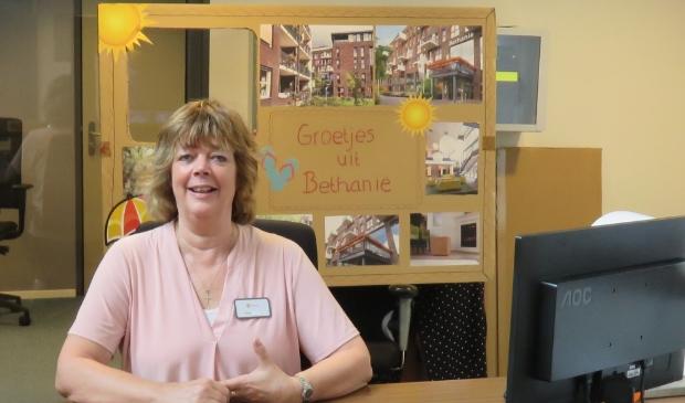 <p>Ellen op haar vertrouwde plekje achter de balie bij Bethanie waar ze zich met veel plezier inzet als vrijwillig gastvrouw.</p>
