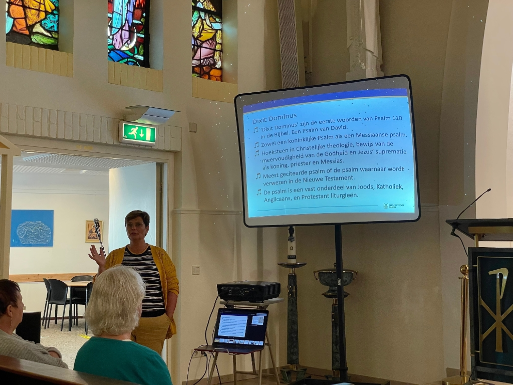 Voorzitter Yvonne van Bommel legt de origine van 'Dixit Dominus' uit.  Lillian Mulder © BDU media
