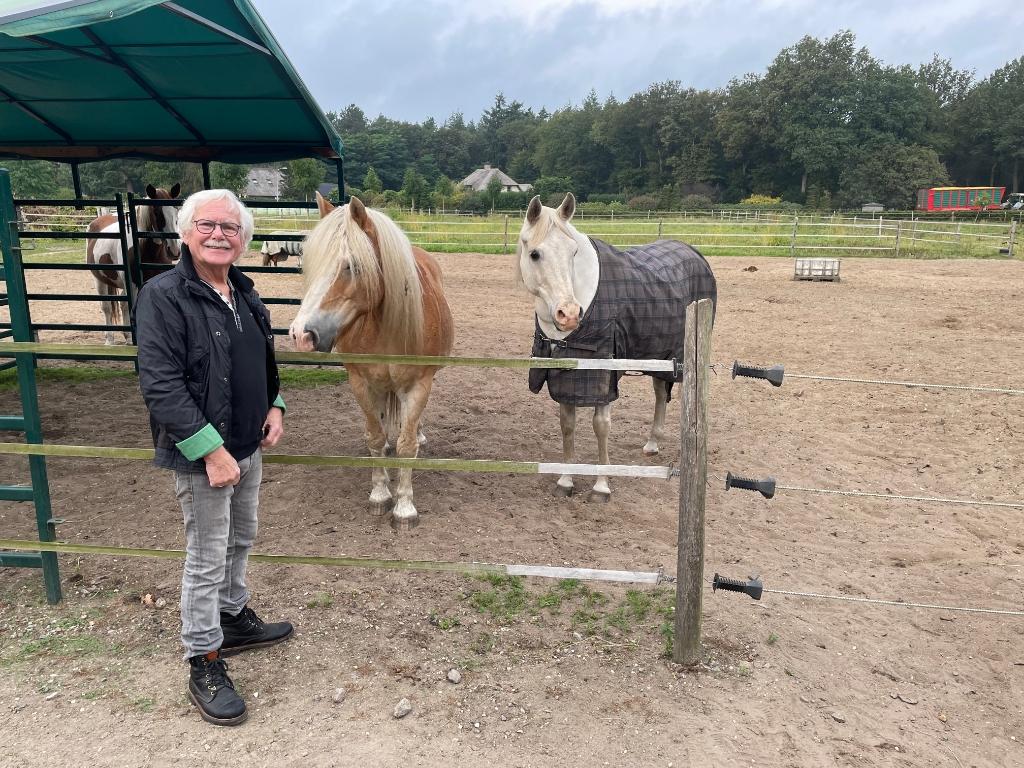 Jos Busscher bij de paarden van de praktijk. Marco Jansen © BDU media