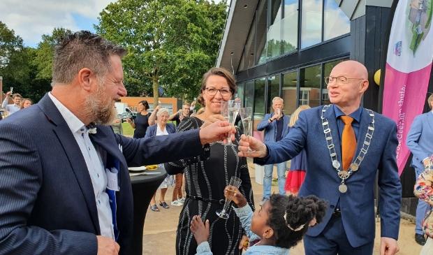 Met champange wordt geproost op het Gezinshuis. Vlnr. Wim Diepeveen en Anja Reijersen van Buuren en onze burgemeester