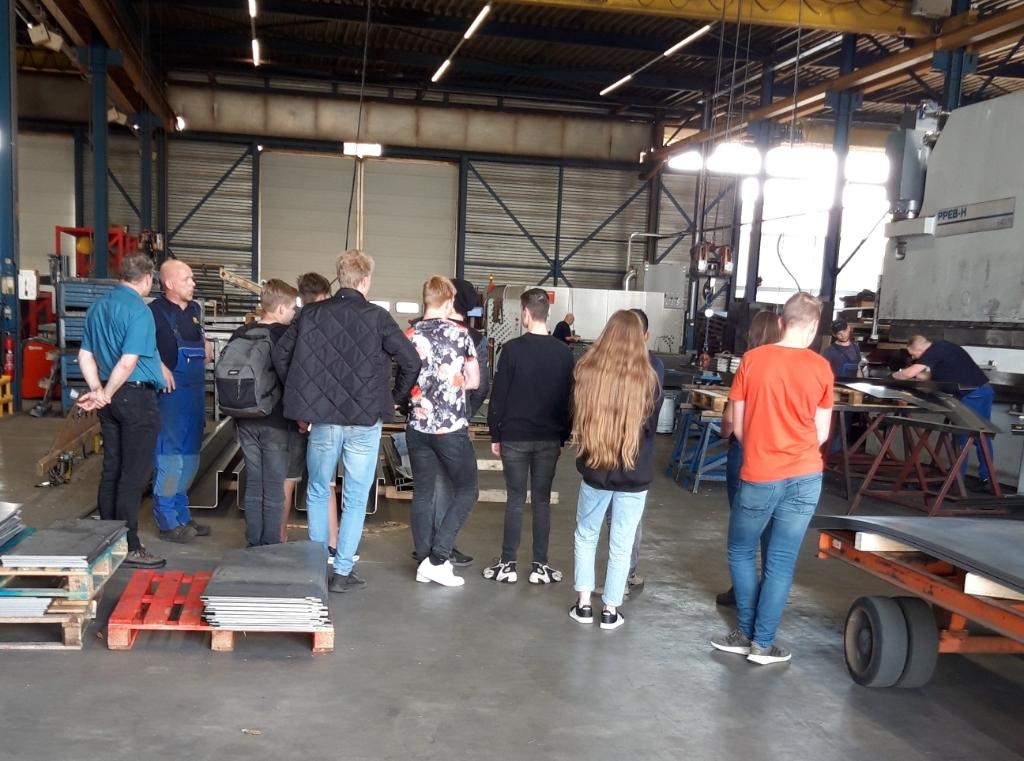 Leerlingen krijgen uitleg in de productiehal Hendriks stalen bekistingtechniek © BDU Media