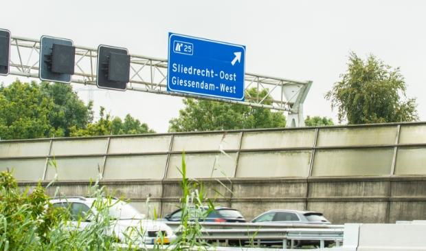 <p>De naam Giessendam-West prijkt prominent op het nieuwe verkeersbord</p>
