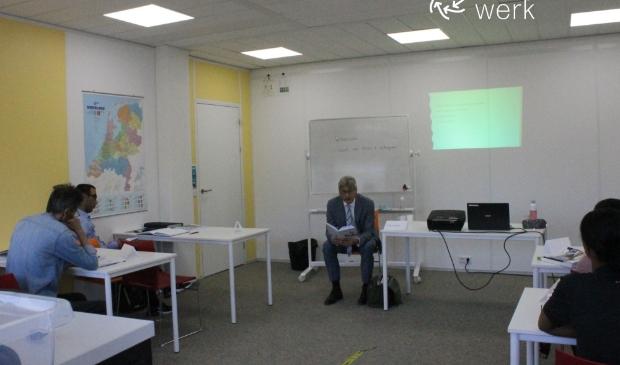 Burgemeester Bolsius leest voor inburgeringsgroep