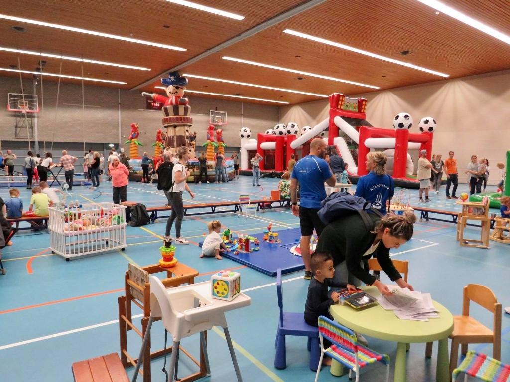 Overzicht van de hal met Stormbaan-springkussens en Kidscorner Onno Wijchers © BDU media
