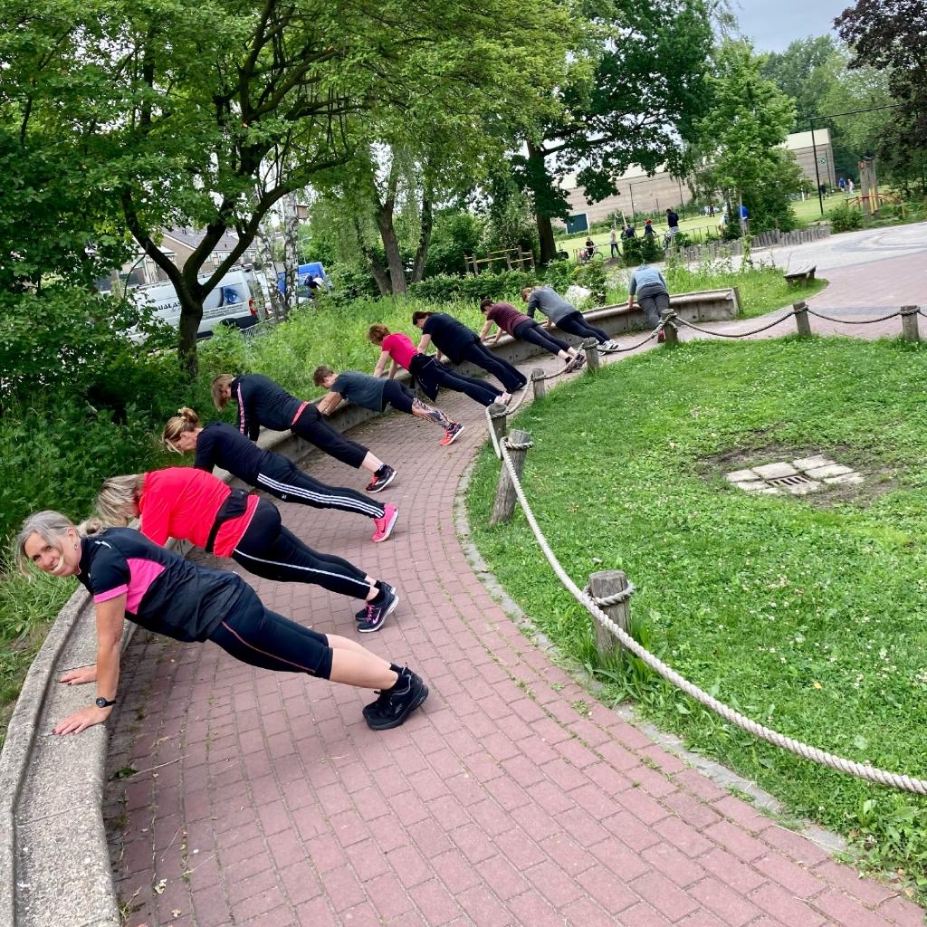 We maken bij onze oefeningen gebruik van de omgeving. Annemarie Westhof Powerwalkingclub  © BDU Media