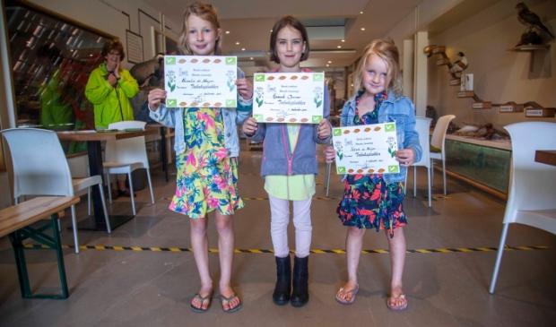 Trotse kinderen tonen hun diploma