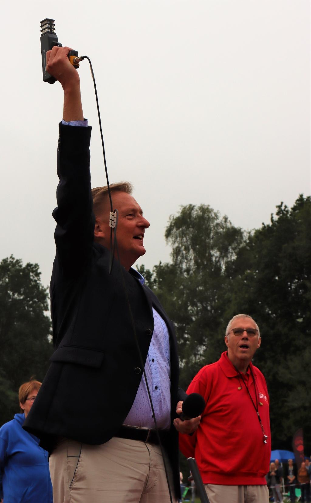 Startschot van het defilé door wethouder sport, de heer Ellermeijer Bart Gersen © BDU media