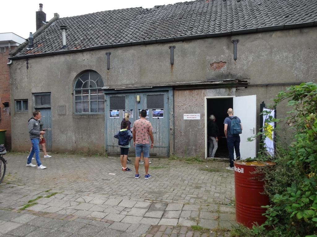 Bezoekers buiten de Eben Haëzerkerk. Pieter Vane © BDU Media