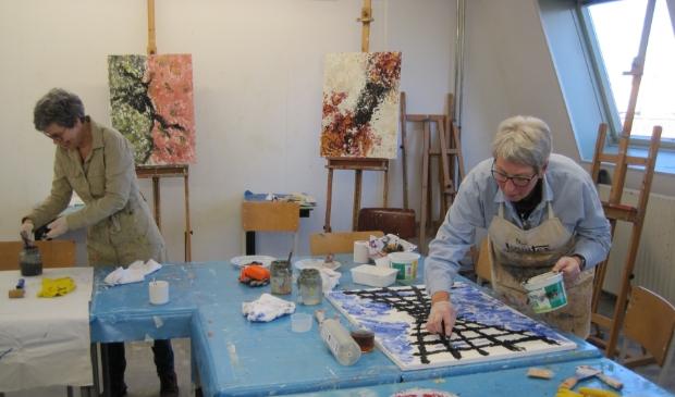 <p>Cursisten aan het schilderen bij Kunstcentrum Collage.</p>
