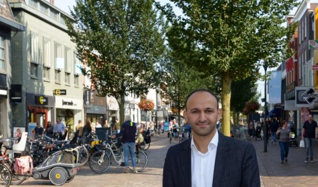 D66-fractievoorzitter Youssef Boutachekourt in de Hoofdstraat in Veenendaal.
