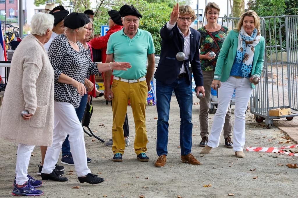 Jan gooit de eerste bal op de nieuwe baan Gerrit Heringa © BDU media
