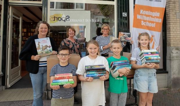 <p>Leerlingen van de Koningin Wilhelminaschool (KWS) in Baarn, haalden bestelde boeken op bij Boekhandel den Boer, in de Laanstraat Baarn.</p>