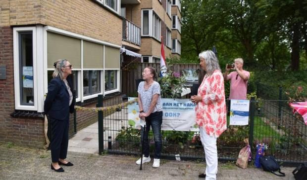 <p>Bewoonster Gerda krijgt de complimenten van wethouder Sedee (links) en Arjanne Lagendijk, directeur NMCX (rechts). &nbsp;</p>