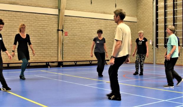 enkele leden van Ivanica met hun dansleidster Suzanne