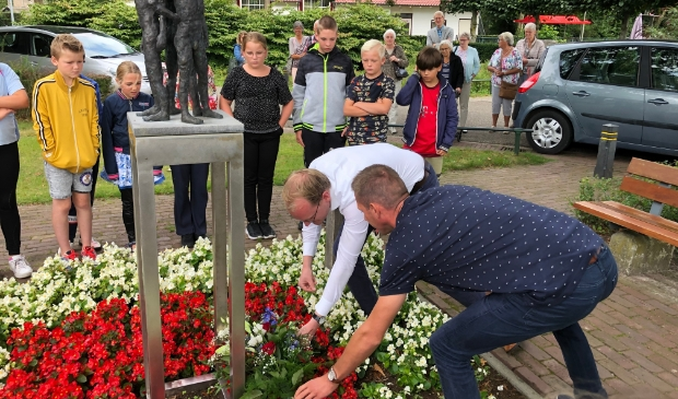 <p>Bij het monument in Hulshorst werd een bloemstuk gelegd door dominee Gert de Kok en directeur Arie Petersen van de Prinses Beatrixschool.</p>