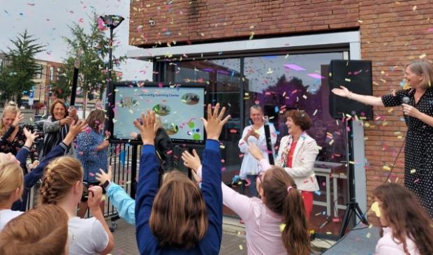 <p>Het Community Learning Center is feestelijk geopend door wethouder Marjolein Steffens (links).</p>