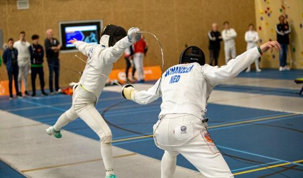 Zewe (links) maakt een punt in de achtste finale.