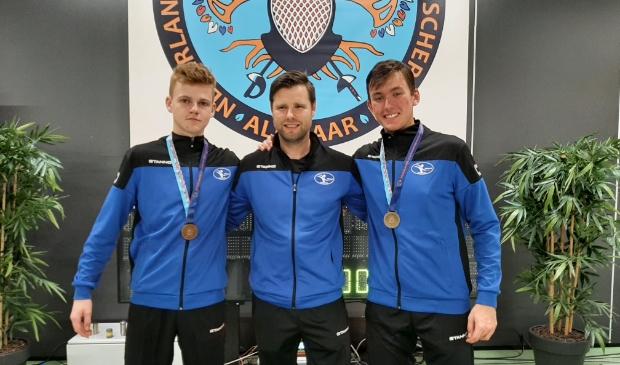 (links naar rechts) Michael Dijkstra Nederlands Kampioen floretschermen U17, Trainer Pascal Kenter, Koen Walet Nederlands Kampioen floretschermen U20