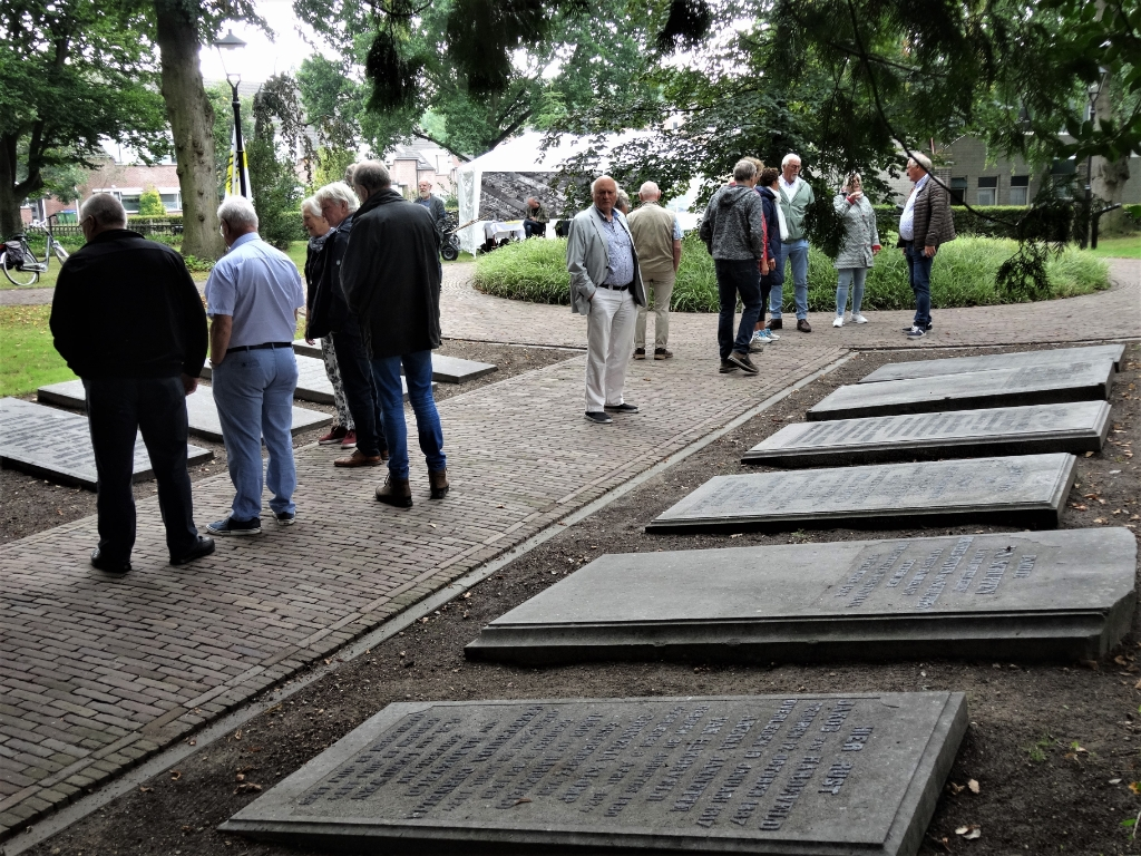 De oude begraafplaats. Voorzitter Henk Roor gaf uitleg. Pieter Vane © BDU Media