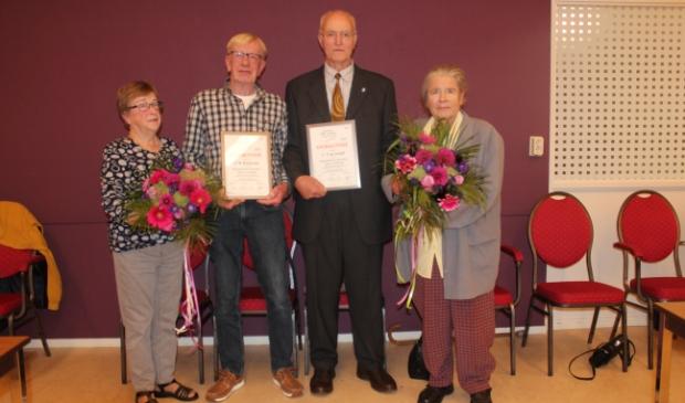 <p>Cor de Graaff en Jan Roelfsema met hun vrouwen. Ze hebben zich langdurig ingezet voor het Haarlemmermeers Mannenkoor &lsquo;Zang en Vriendschap.</p>
