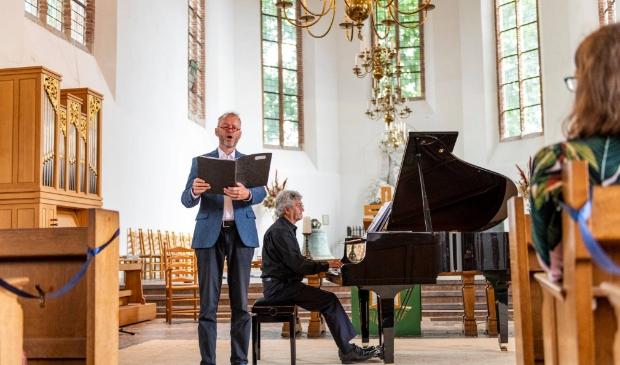 Bariton Sietse van Wijgerden met pianist Andrew Clark in de kerk in Heusden