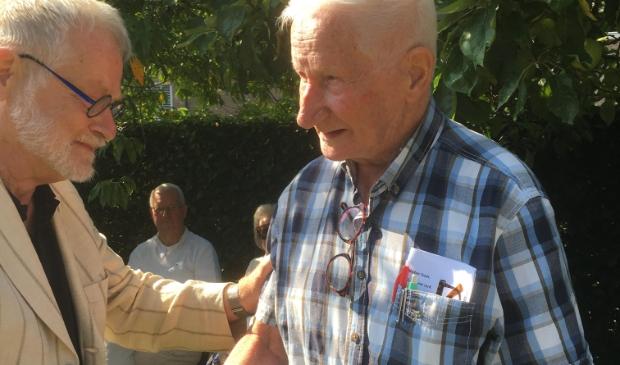 <p>Gildevoorzitter Gijs Wildeman verrast Henk van Limpt met de Zilveren Speld.</p>