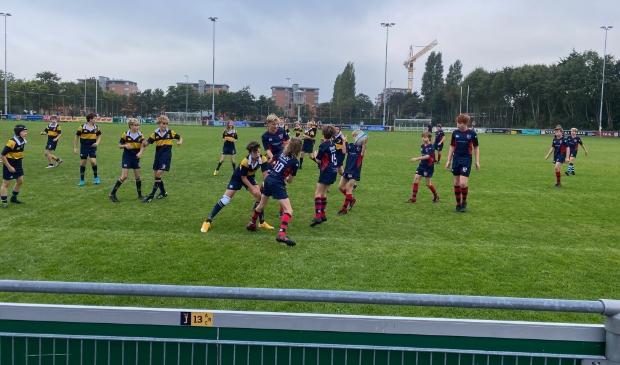 SRFC verdedigd goed en neemt de bal over van DIOK Leiden om aan een nieuwe aanval te beginnen